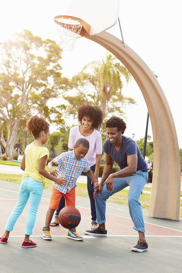 Familj som spelar basket tillsammans royaltyfria bilder