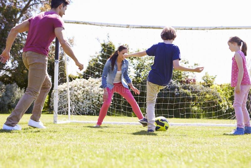 Familj som spelar fotboll tillsammans royaltyfria foton