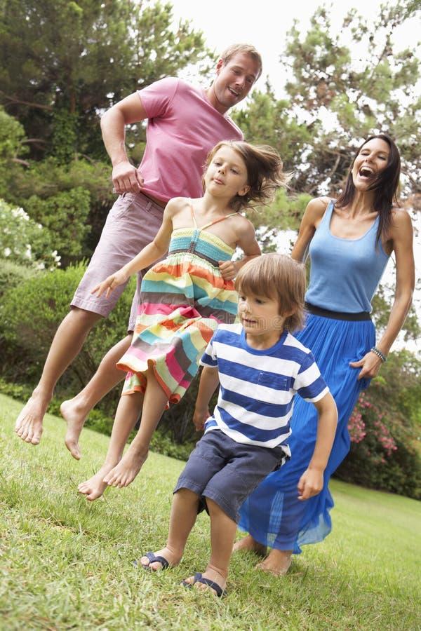 Familj som spelar i CountrysideTogether royaltyfri fotografi