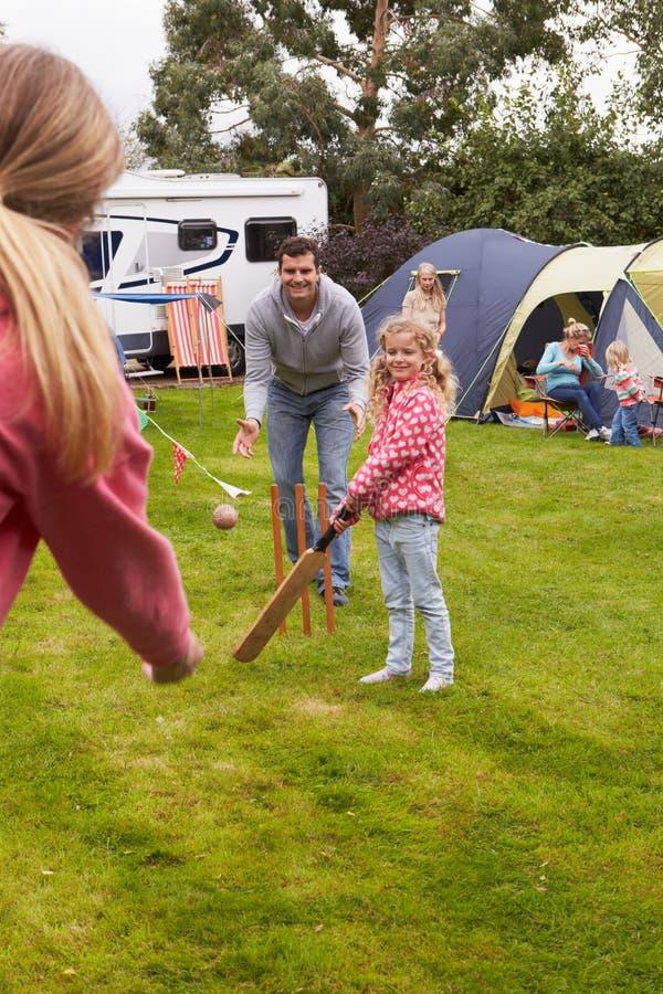 Familj som spelar syrsamatchen på campa ferie arkivfoto