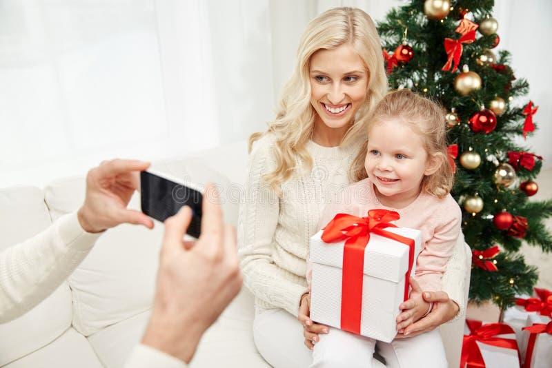 Familj som tar bilden med smartphonen på jul royaltyfri fotografi