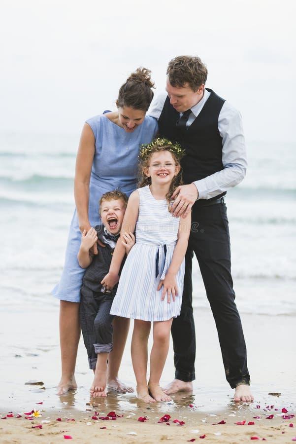 Familj som tar en bild på stranden royaltyfri foto