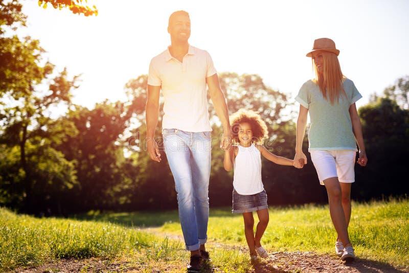 Familj som tar en gå i natur royaltyfria foton