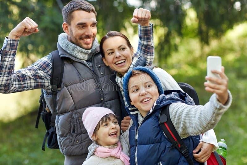 Familj som tar selfie med smartphonen i trän royaltyfria foton