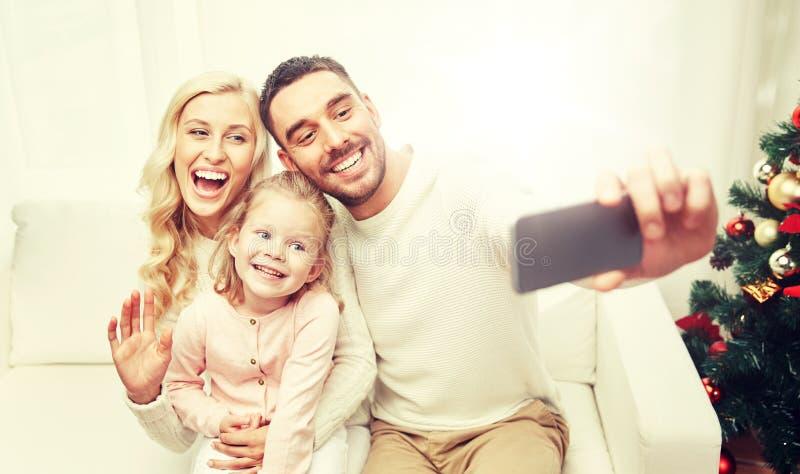 Familj som tar selfie med smartphonen på jul royaltyfria bilder