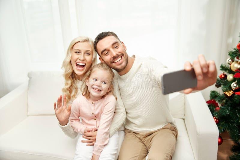 Familj som tar selfie med smartphonen på jul arkivbilder