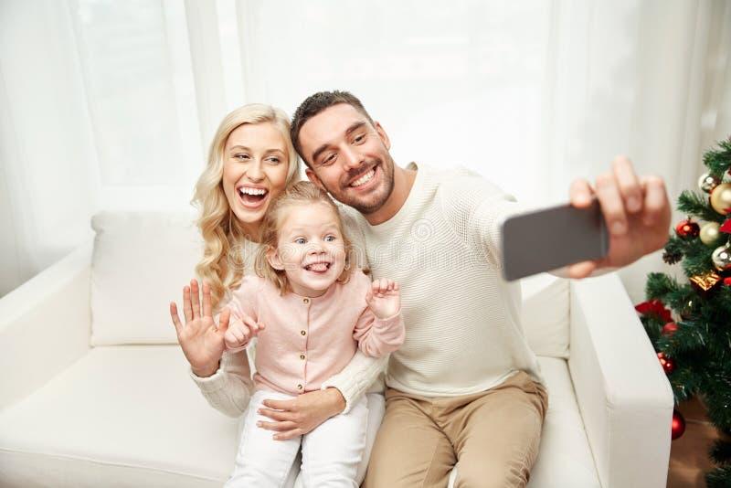 Familj som tar selfie med smartphonen på jul royaltyfria foton