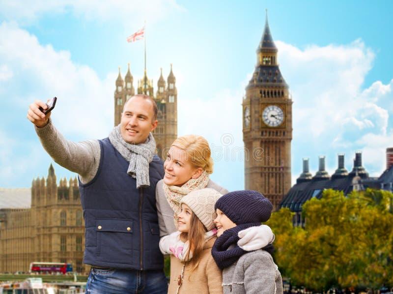 Familj som tar selfie vid smartphonen i den london staden fotografering för bildbyråer