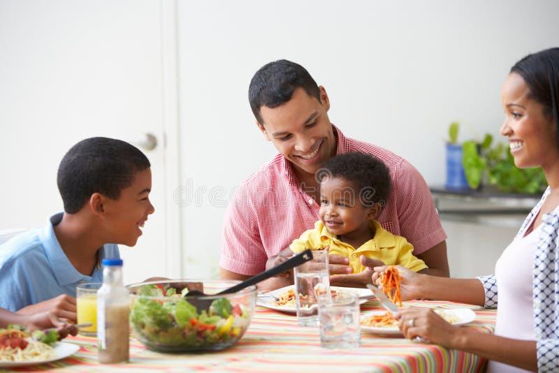 Familj som tillsammans äter mål hemma fotografering för bildbyråer