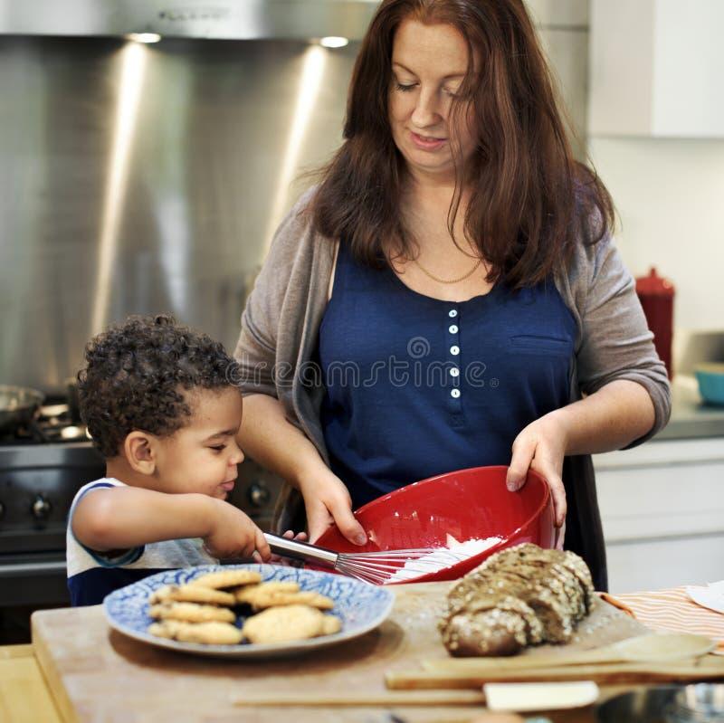 Familj som tillsammans bakar i köket arkivfoton