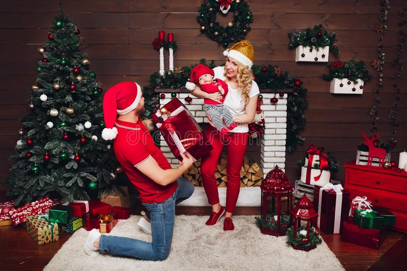 Familj som tillsammans firar och tycker om julklappar royaltyfria foton
