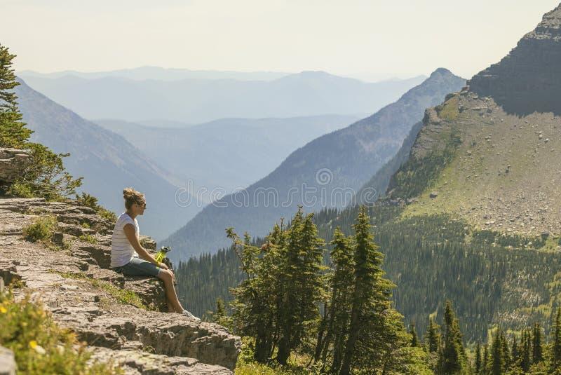 Familj som tillsammans fotvandrar i Rocky Mountains royaltyfria foton