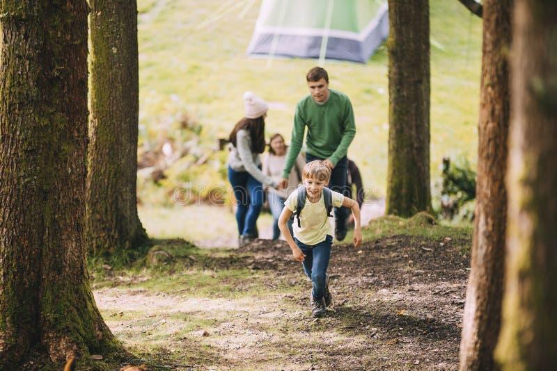 Familj som tillsammans går på en vandring royaltyfri fotografi