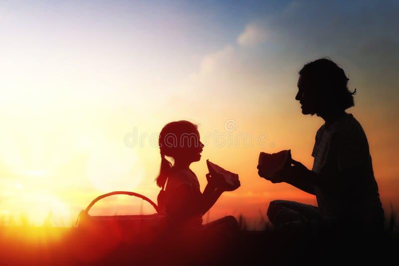 familj som tillsammans har picknick royaltyfria bilder