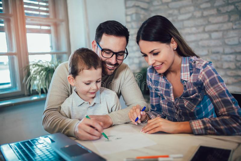 Familj som tillsammans hemma drar royaltyfria foton