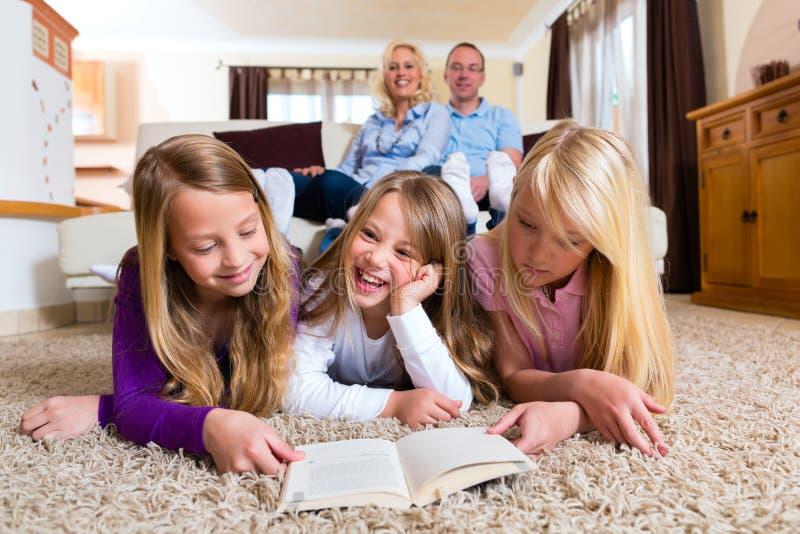 Familj som tillsammans läser en bok fotografering för bildbyråer