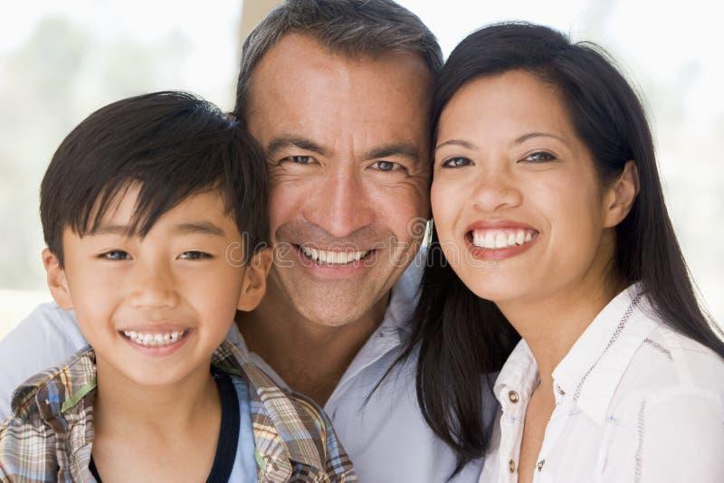 familj som tillsammans ler royaltyfri bild