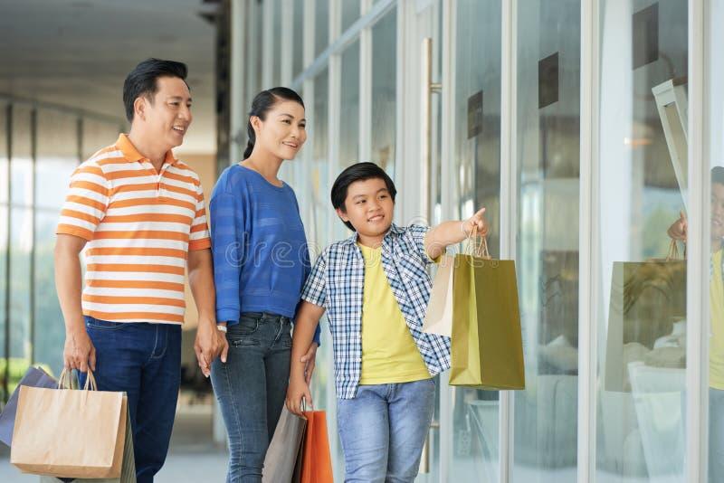 Familj som tillsammans shoppar arkivbild