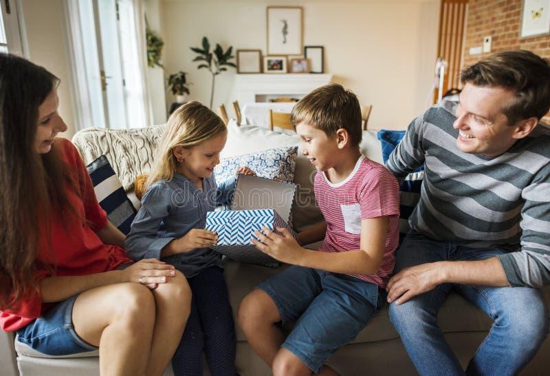 Familj som tillsammans spenderar Tid hemma arkivfoto