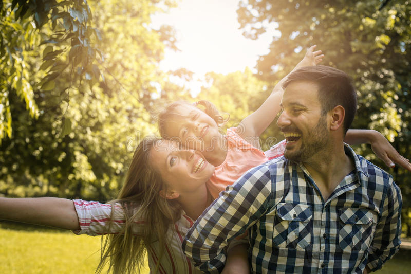 familj som tillsammans tycker om i sommardag Familj i natur royaltyfri bild