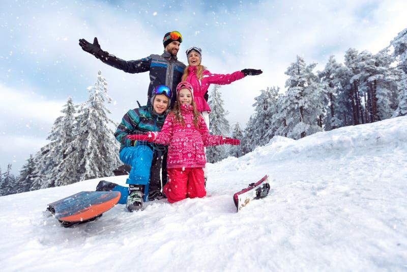 Familj som tillsammans tycker om och har gyckel på vintersemester på th arkivbilder