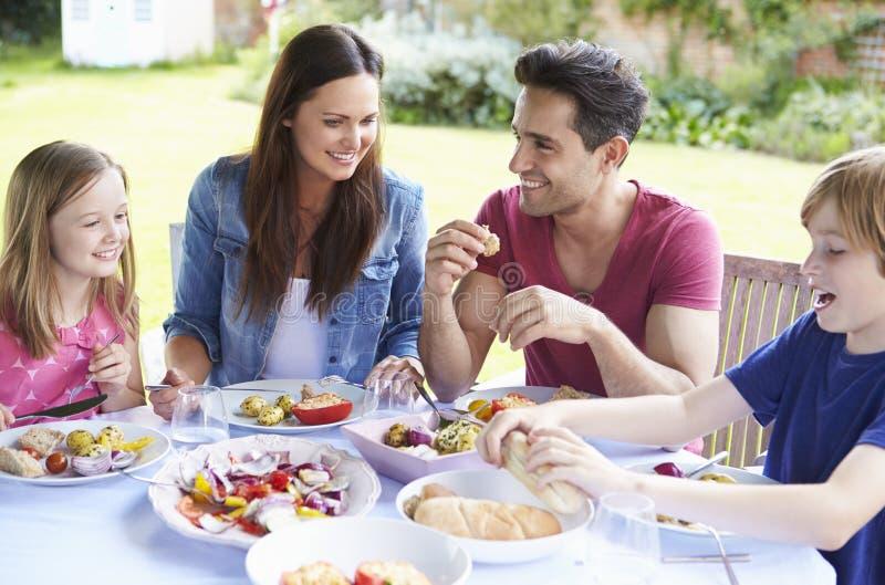 Familj som tillsammans tycker om utomhus- mål royaltyfria foton