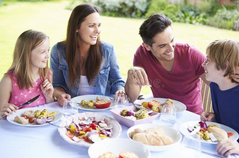 Familj som tillsammans tycker om utomhus- mål arkivbild