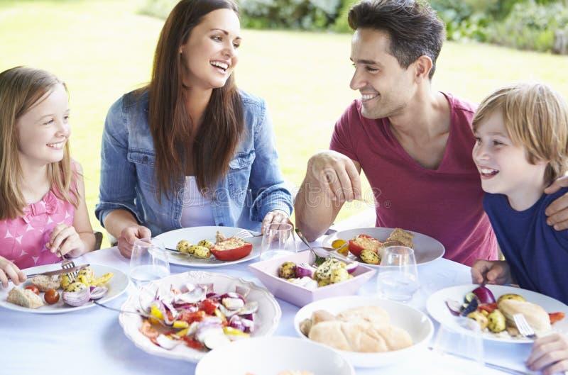 Familj som tillsammans tycker om utomhus- mål royaltyfri bild