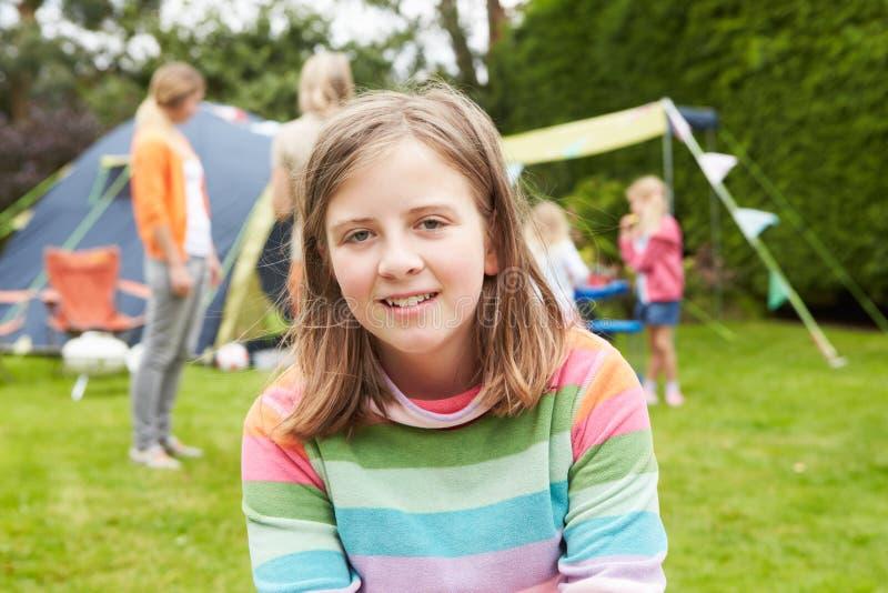 Familj som tycker om campa ferie på campingplats royaltyfri bild
