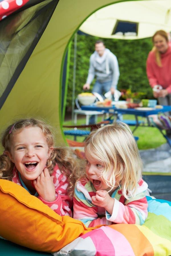 Familj som tycker om campa ferie på campingplats arkivbilder