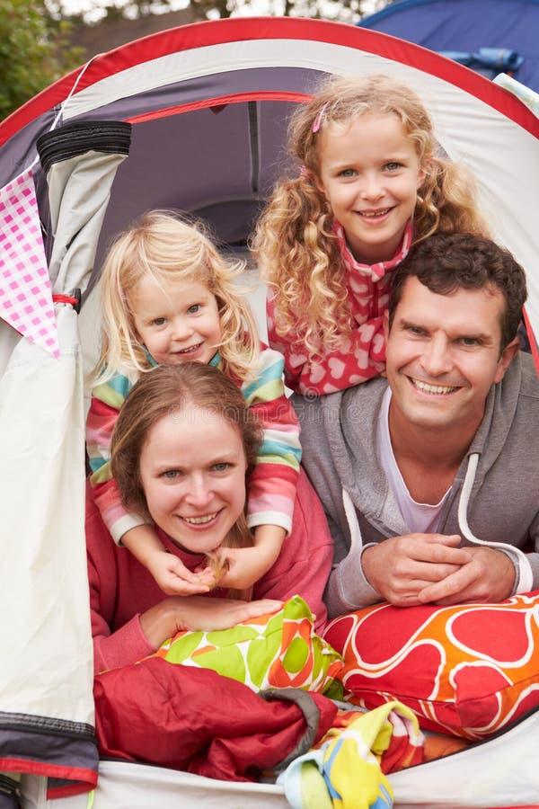 Familj som tycker om campa ferie på campingplats royaltyfria foton
