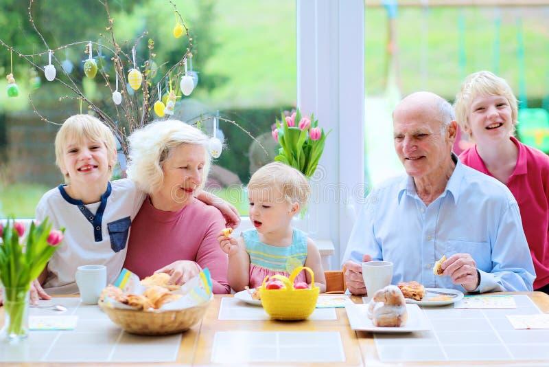 Familj som tycker om den easter frukosten royaltyfri foto