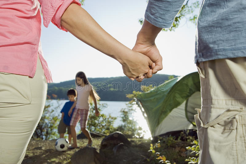 Familj som tycker om en campa tur arkivfoto
