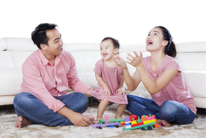 Familj som tycker om fritid i studion royaltyfri bild