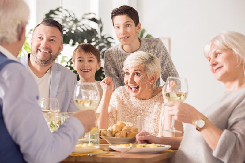 Familj som tycker om matställen royaltyfria bilder