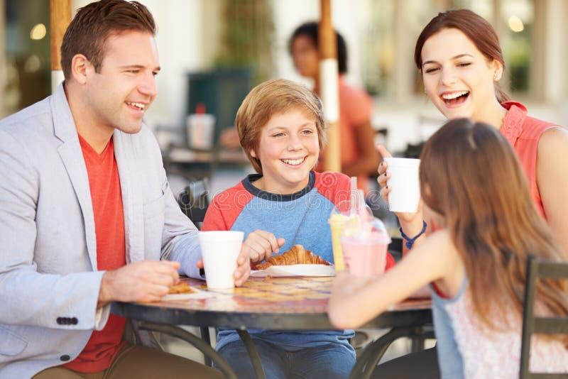 Familj som tycker om mellanmålet i CafÅ ½ arkivbild