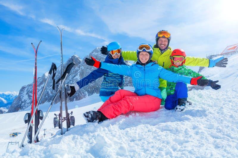 Familj som tycker om vintersemestrar arkivbild