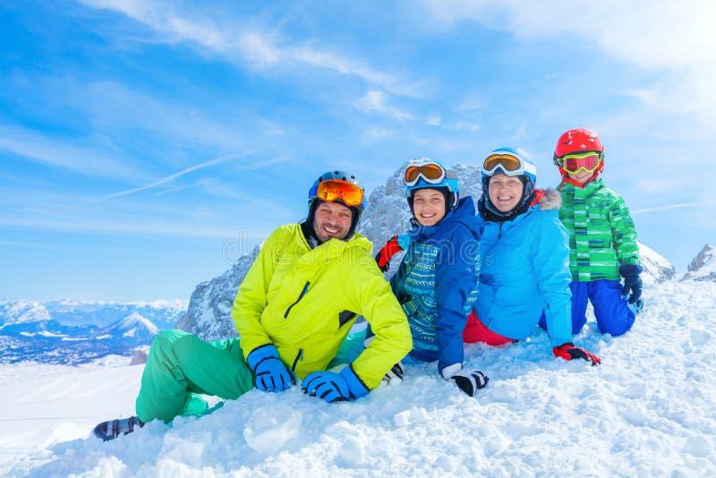 Familj som tycker om vintersemestrar arkivbilder