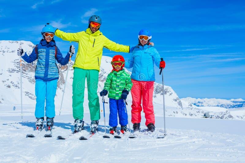 Familj som tycker om vintersemestrar royaltyfri foto