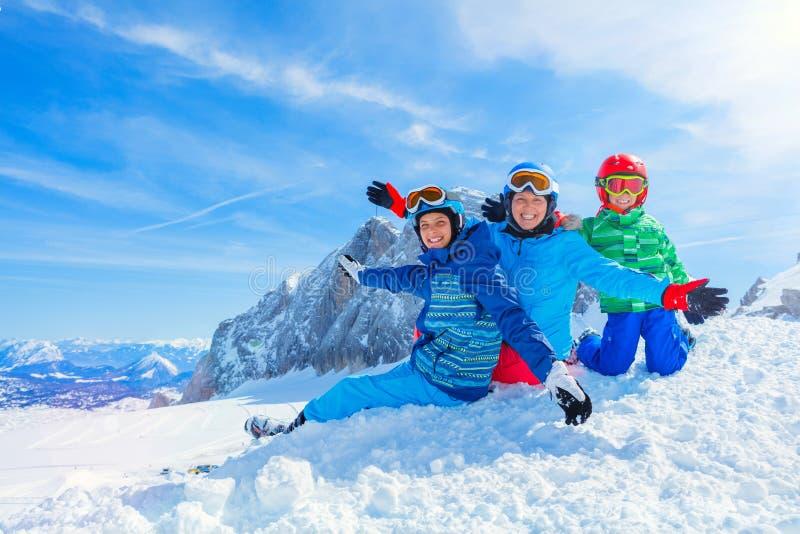 Familj som tycker om vintersemestrar royaltyfri fotografi