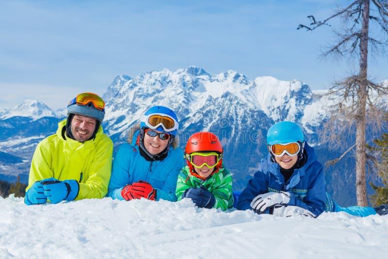 Familj som tycker om vintersemestrar arkivfoto