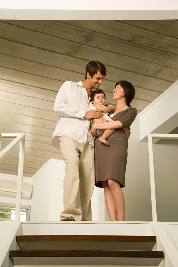Familj som upptill står av trappa royaltyfri bild