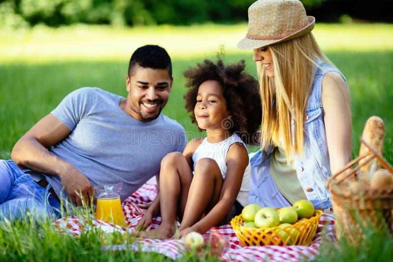 Familj som utomhus har picknick royaltyfri fotografi
