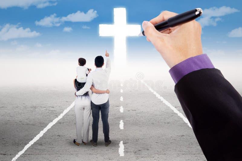 Familj som vägledas för att följa ett kors royaltyfri bild
