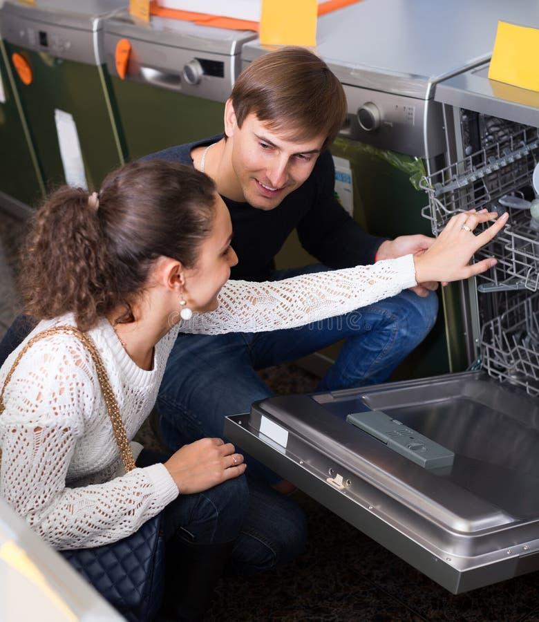 Familj som väljer den moderna diskaren arkivfoto