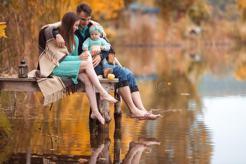Familj som vilar på sjön royaltyfria bilder