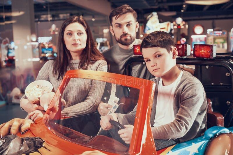 Familj sonsammanträde på leksakbilen royaltyfria bilder