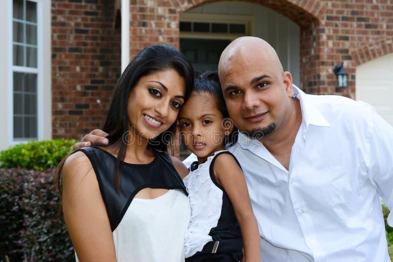 Familj tillsammans arkivfoton