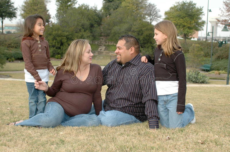 familj tillsammans arkivbild
