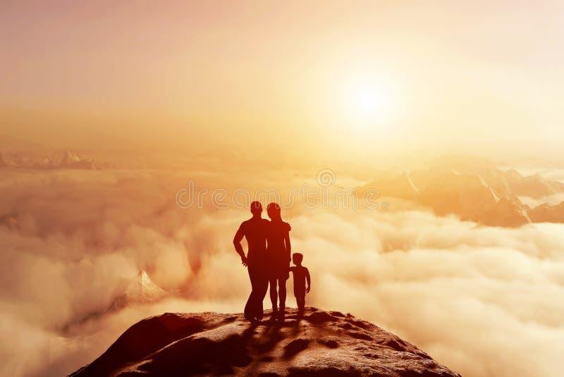 Familj tillsammans på berget som ser på solnedgångcloudscape royaltyfria bilder